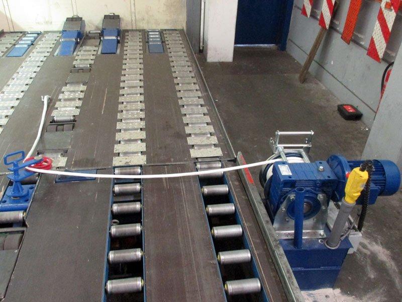 Rückansicht einer elektrischen Zugwinde von Dromec zur Rollerbett-Entladung