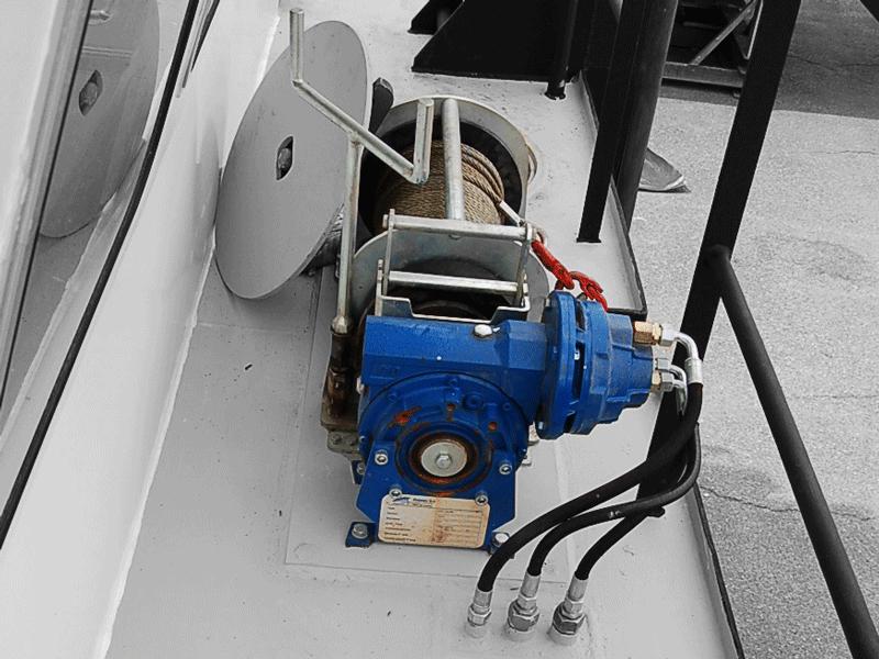 Foto einer an Deck montierten hydraulischen Kompakt-Ankerwinde von Dromec